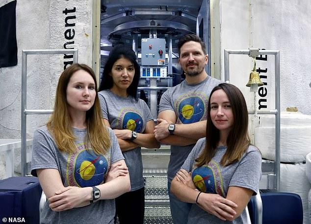 La tripulación que pasará un mes y medio juntos es (de izquierda a derecha): la investigadora de la Fuerza Aérea de los EE. UU. Dra. Lauren Cornell, la ingeniera de sistemas humanos Monique García, el ingeniero de proyectos de la estación espacial Christopher Roberts y la ecologista microbiana Madelyne Willis.