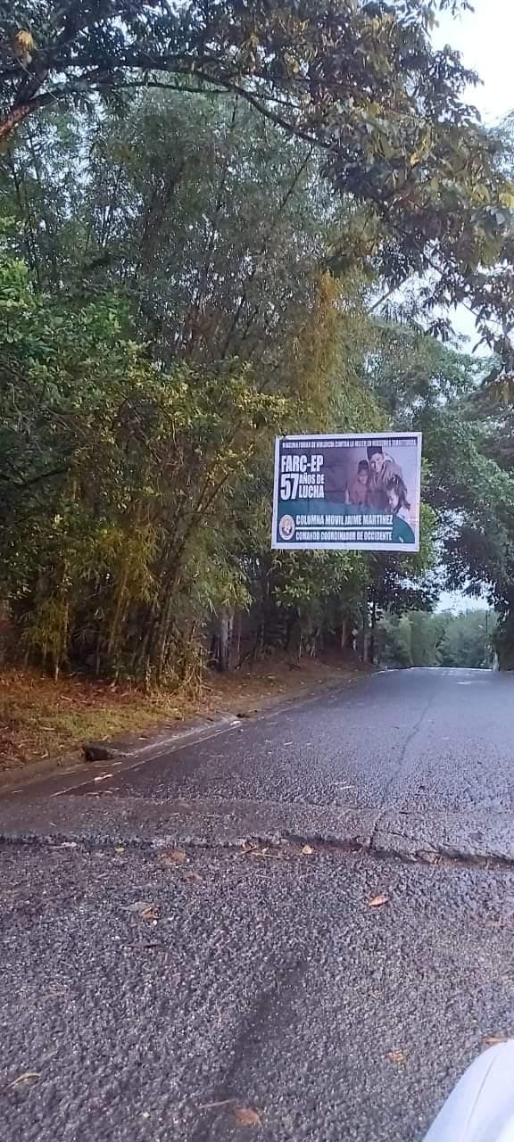 La columna de las Farc instala un aviso en la vía a Zacarias rio Dagua en Buenaventura