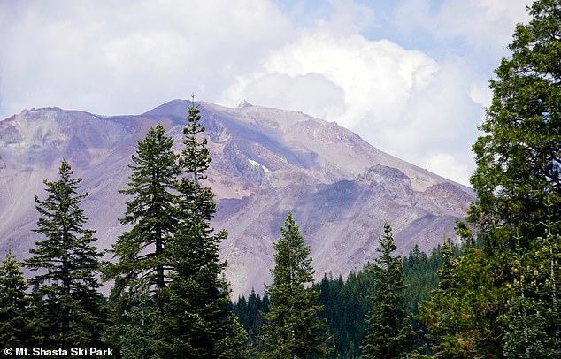 Las olas récord y la sequía han dejado a Mount Shasts de California casi sin nieve.  Esta publicación del 24 de agosto de Mount Shasta Ski Park muestra la icónica cumbre aparentemente desprovista de casi todo polvo.
