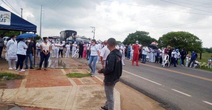 En la mañana del lunes los trabajadores del hospital interrumpieron el tráfico en la vía Maicao Riohacha