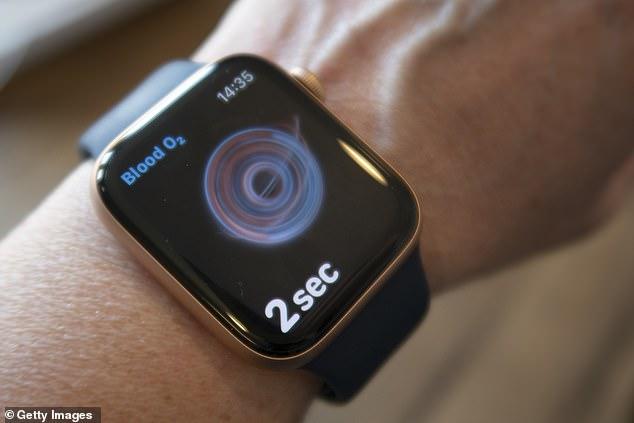 Los relojes Apple pueden incluir un sensor de presión arterial y una herramienta de fertilidad desde el próximo año, como parte de una serie de nuevas funciones relacionadas con la salud.  En la foto aparece un Apple Watch Series 6