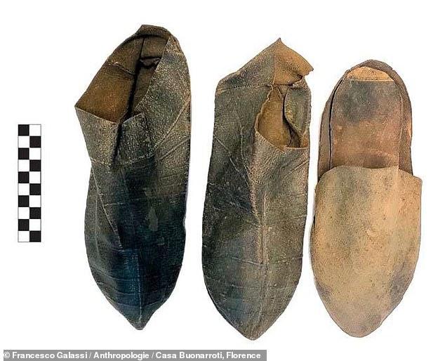Expertos del Centro de Investigación de Antropología Forense, Paleopatología, Bioarqueología (FABAP) en Sicilia estudiaron tres zapatos (en la foto) que se cree que pertenecieron a Miguel Ángel.