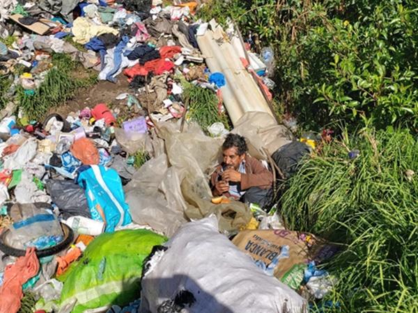 En Nariño claman apoyo para José, el adulto mayor que vive en un basurero, se cobija con plásticos y debe ahuyentar las ratas