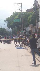 """""""Qué triste morir así"""": testigos del accidente en la Carrera 15, un motociclista chocó con la parte trasera de una camioneta - Noticias de Colombia"""