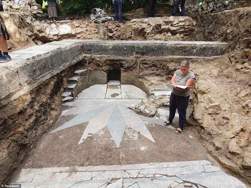 En una reciente excavación del sitio religioso se han descubierto elementos impresionantes de la Gran Sinagoga de Vilna en Lituania que se pensaba que habían sido destruidos por los nazis y los soviéticos.  Uno de los descubrimientos más espectaculares es un par de impresionantes escaleras que se ven en fotografías tomadas cuando la sinagoga estaba activa.