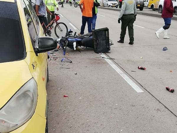 Tenía 15 días como domiciliario de una tienda, se estrelló con un taxi, cayó y otro carro lo atropelló en Barranquilla - Noticias de Colombia