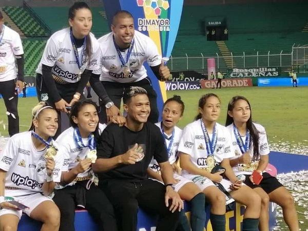 Teo Gutiérrez animó y apoyó a los futbolistas californianos coronados campeones