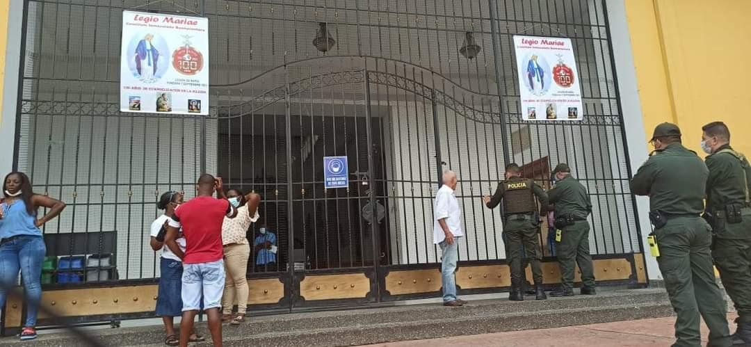 Un grupo de profesores cerró con candado la iglesia Catedral de Buenaventura