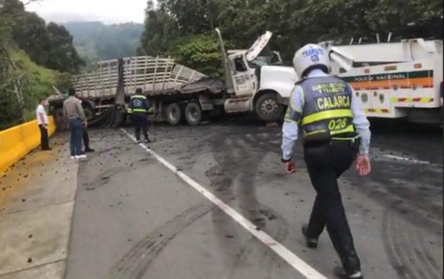 Un tractocamión cargado de carbón se accidentó en el puente helicoidal - Noticias de Colombia