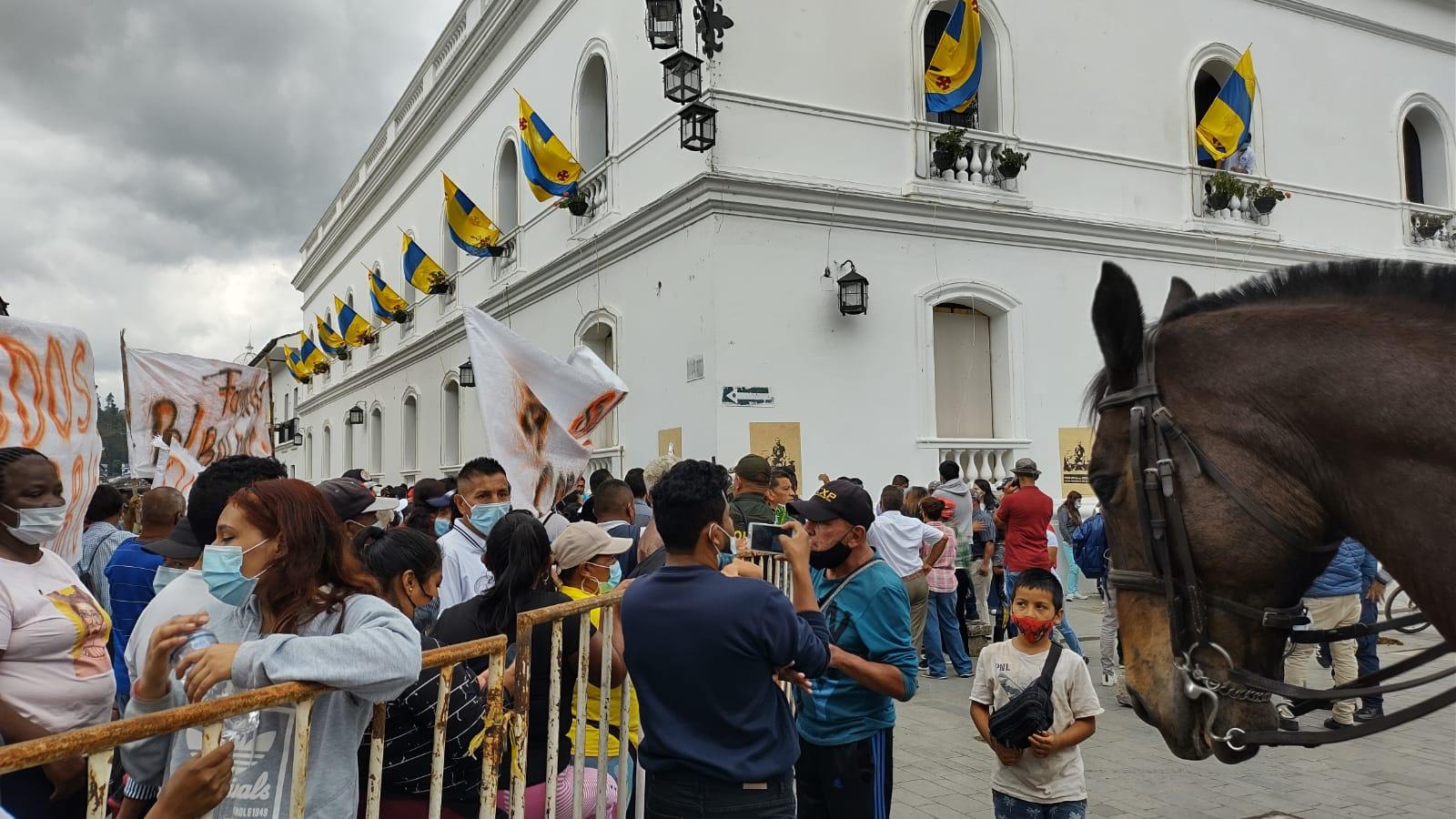 Vendedores informales del barrio Bolívar en protesta a las afueras de la alcaldía - Noticias de Colombia