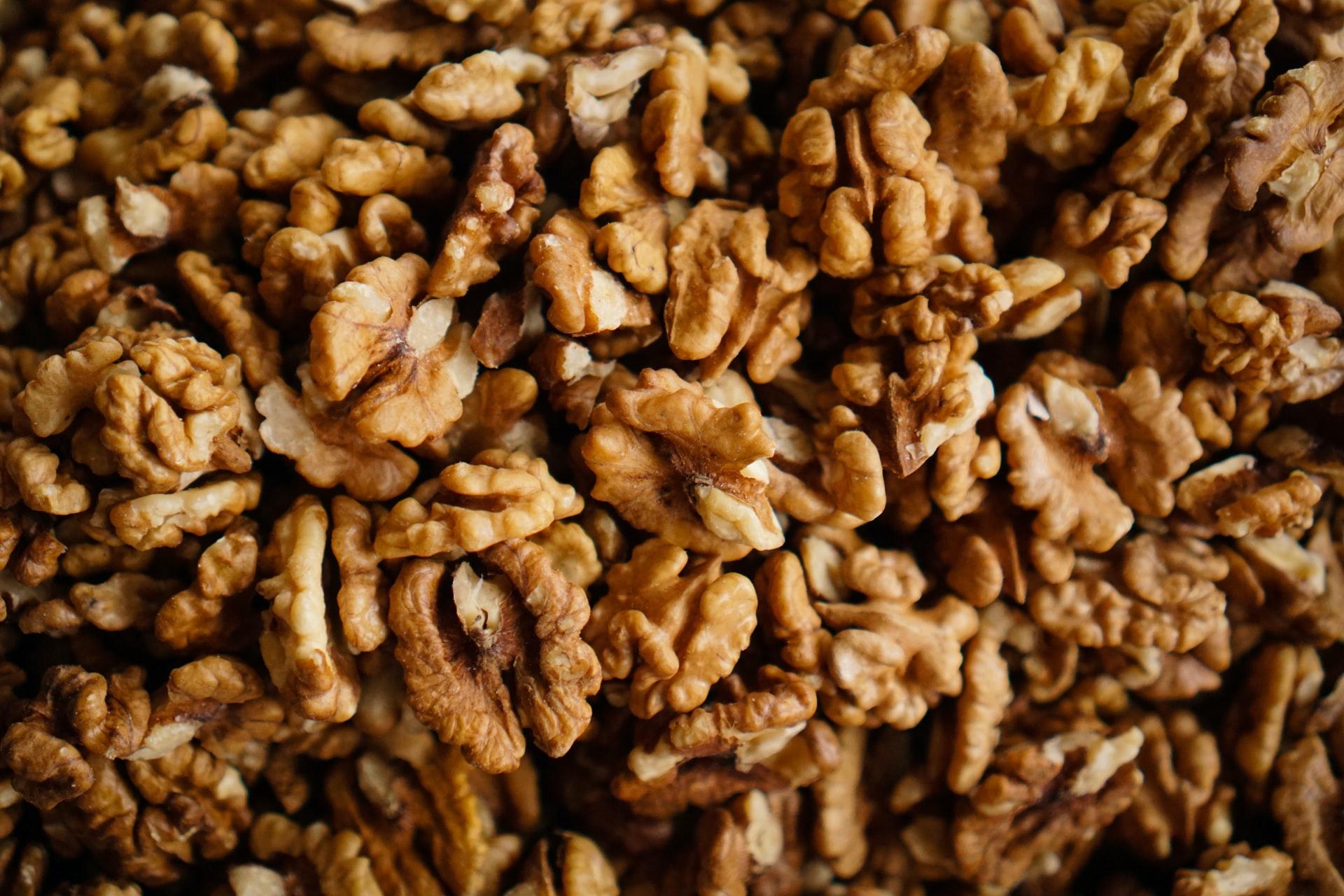 comer media taza de nueces una vez al día reduce el riesgo de cardiopatías y el colesterol