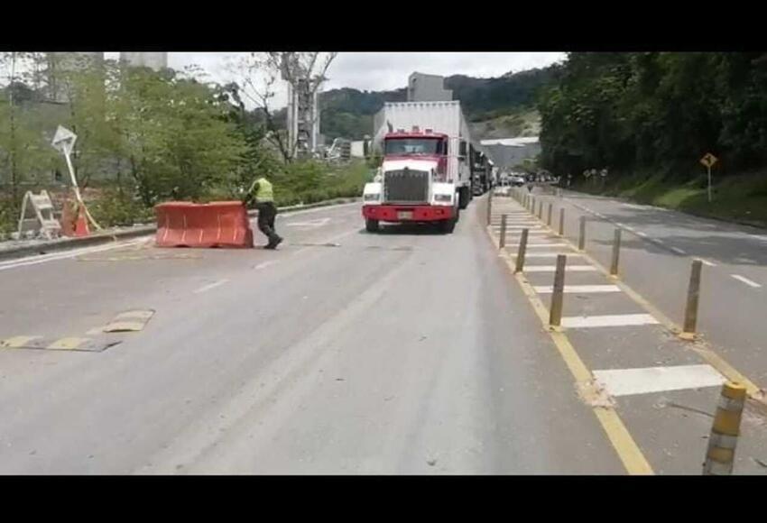Al menos 2.000 pasajeros están afectados por cierre intermitente de la autopista Medellín-Bogotá - Noticias de Colombia