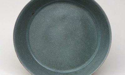 Se ha demostrado que un plato azul ¿verde del Museo Británico, que se pensó durante mucho tiempo en Corea, es una de las menos de 100 piezas conocidas del tipo más raro de cerámica china?