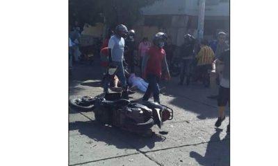Choque de moto con carro dejó una mujer gravemente herida