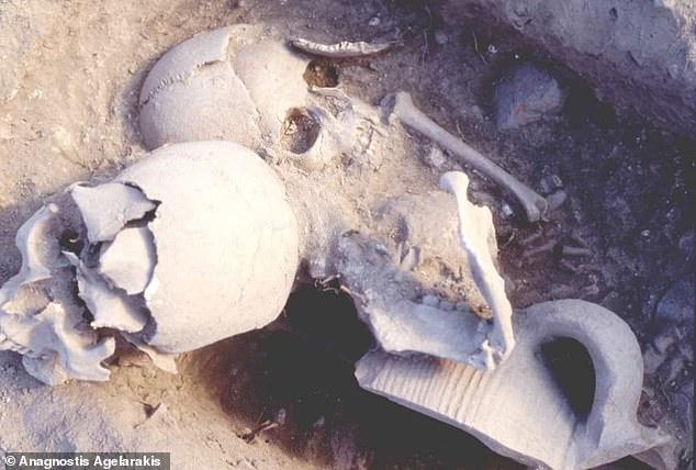 El guerrero tenía probablemente 35 o 40 años cuando fue decapitado por los otomanos invasores.  Su cabeza decapitada fue enterrada con los restos de una niña de cinco años, probablemente en secreto.
