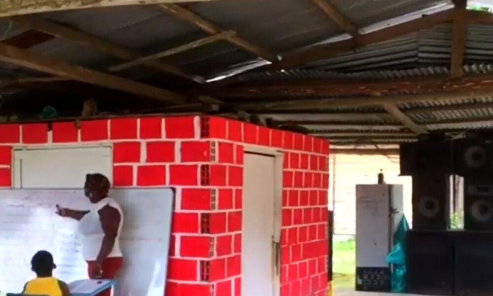 Discoteca de noche y escuela de día: así estudian niños de un corregimiento en Chocó