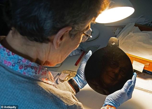 Un 'espejo espiritual' de obsidiana usado una vez en el siglo XVI por John Dee, un confidente de Isabel I, para contactar entidades de otro mundo, tiene orígenes aztecas, reveló un nuevo estudio.