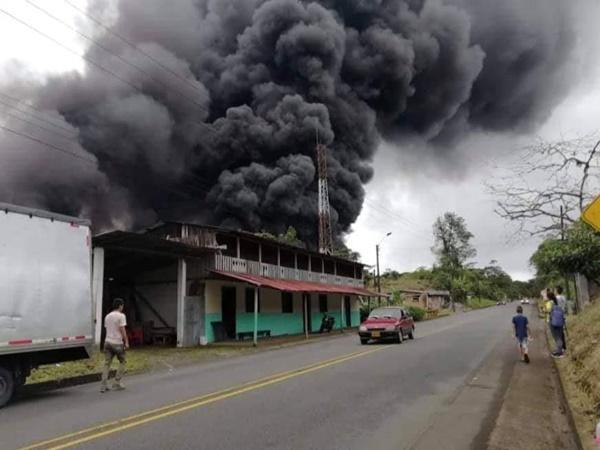 Emergencia en vía a Tumaco por derrame de crudo que provocó voraz incendio