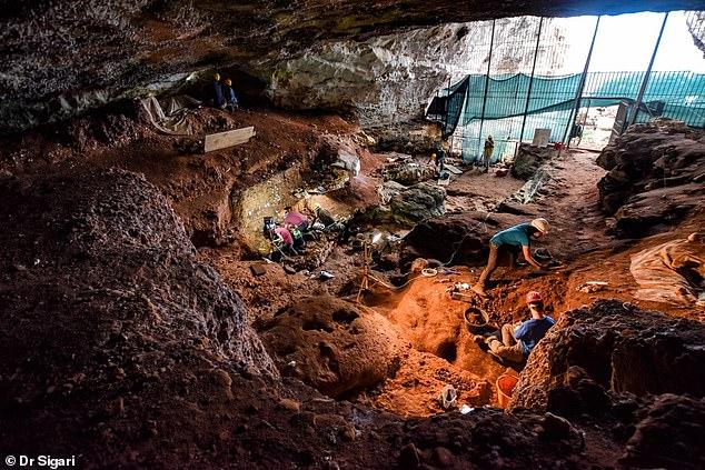 Trabajo de campo dentro de la cueva Romanelli.  Los paneles con arte están en la parte superior izquierda.  Una notable pieza de arte rupestre de la Edad de Piedra, con una representación de un pájaro, ha sido descubierta en una cueva italiana, entre otras obras de arte que datan de hace 14.000 años.