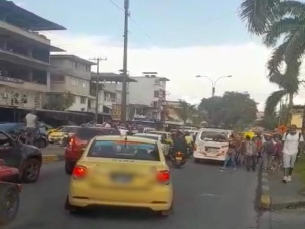Mientras en Cali no cesó el tiroteo, en Buenaventura atacaron a Wilber mientras conducía un autobús.