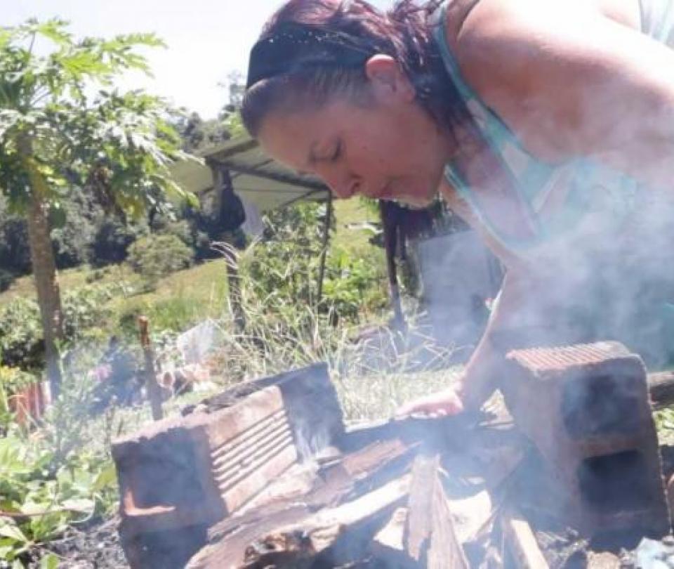 Número de personas que todavía cocinan en leña en Colombia   Finanzas   Economía