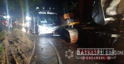 Retroexcavadora estuvo a punto de aplastar un vehículo de servicio público en la Transversal del Sisga - Noticias de Colombia
