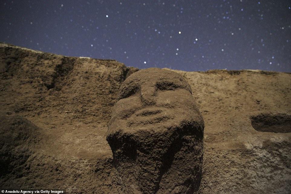 Se han descubierto impresionantes esculturas de figuras y cabezas humanas (en la foto) en lo que se considera uno de los asentamientos más importantes del período Neolítico.