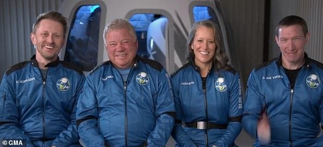 Shatner y el equipo, Chris Boshuizen (izquierda), Glen de Vries (derecha) y Audrey Powers (segunda desde la derecha), hablaron con Good Morning America (GMA) el lunes sobre el retraso y la emoción de ser parte de la historia.